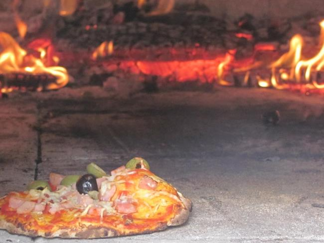 cuisson-four-bois-atelier-pizza-moulin-epinaye-la-chapelle-saint-florent
